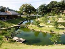 Traditionele Japanse landschapstuin wegens Kanazawa-kasteel Royalty-vrije Stock Foto