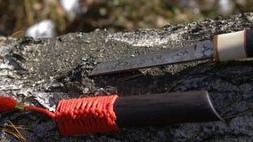 Traditionele Japanse mes of tanto en schede met rode leeswijzer stock videobeelden