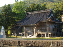 Traditionele Japanse plattelandsstraat met de tempelbouw Stock Fotografie