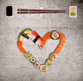 Traditionele Japanse sushistukken die inschrijving en hartsymbool maken royalty-vrije stock fotografie