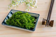 Traditionele Japanse zeewiersalade met eetstokjes stock fotografie