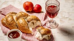 Traditionele Joodse brood bruine challah op witte houten achtergrond met vruchten en honing Rustiek concept Sluit omhoog royalty-vrije stock afbeelding