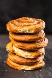 Traditionele kaneelbroodjes Stock Afbeelding