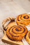Traditionele kaneelbroodjes Stock Afbeeldingen