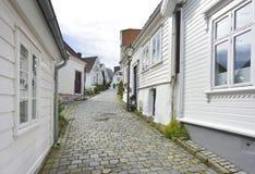 traditionele keistraat met blokhuizen in de oude stad van Stavanger, Noorwegen Stock Foto