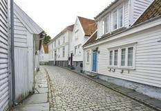 traditionele keistraat met blokhuizen in de oude stad van Stavanger, Noorwegen Royalty-vrije Stock Afbeeldingen