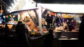 Traditionele Kerstmis eerlijke verkoop van snoepjes, overwogen wijn, hete dranken en andere stock videobeelden