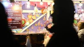 Traditionele Kerstmis eerlijke verkoop van snoepjes, overwogen wijn, hete dranken en andere stock footage
