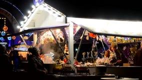 Traditionele Kerstmis eerlijke verkoop van snoepjes, overwogen wijn, hete dranken en andere stock video