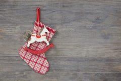 Traditionele Kerstmis: het schommelen of houten paard voor een coupon royalty-vrije stock afbeeldingen