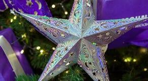 Traditionele Kerstmis of nieuwe jaar verfraaide spar royalty-vrije stock afbeelding