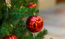 Traditionele Kerstmis of nieuwe jaar verfraaide spar stock foto