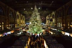 Traditionele Kerstmisboom op Kerstmismarkt op Zürich hoofdrt stock foto's