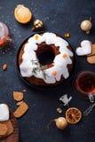 Traditionele Kerstmiscake met droge die vruchten in rum en suikerglans worden doorweekt Royalty-vrije Stock Foto's