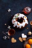 Traditionele Kerstmiscake met droge die vruchten in rum en suikerglans worden doorweekt Stock Afbeeldingen