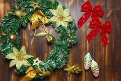 Traditionele Kerstmisdecoratie, denneappels die op houten raad liggen royalty-vrije stock foto's