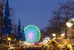 Traditionele Kerstmismarkt met verlicht ferriswiel in Th Stock Foto