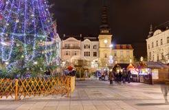 Traditionele Kerstmismarkten in stad Ostrava bij Masaryk-vierkant (Masarykovo-namesti) bij nacht royalty-vrije stock fotografie