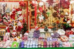 Traditionele Kerstmisspeelgoed en giften bij tribune Royalty-vrije Stock Foto's