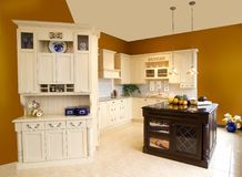 Traditionele keuken houten kabinetten Royalty-vrije Stock Afbeelding
