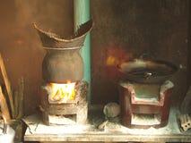 Traditionele Keuken, Kleverige Rijst die Pot stomen - het Koken Gebied in het lokale dorpshuis Ten noordoosten van Thailand stock afbeeldingen