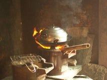 Traditionele Keuken, Kleverige Rijst die Pot stomen - het Koken Gebied in het lokale dorpshuis Ten noordoosten van Thailand stock fotografie