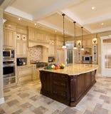 Traditionele keuken met bruine houten kabinetten Stock Afbeelding
