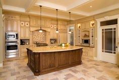 Traditionele keuken met bruine houten kabinetten Stock Afbeeldingen
