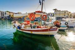 Traditionele kleuren Griekse vissersboot bij haven van de stad van Rethimno Stock Afbeelding