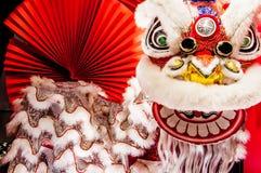 Traditionele kleurrijke Chinese nieuwe jaarleeuw met rode ventilator royalty-vrije stock afbeelding