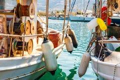 Traditionele kleurrijke houten vissersboten in Palaia Epidaurus, Griekenland Stock Foto's