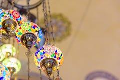 Traditionele kleurrijke met de hand gemaakte Turkse lampen en lantaarns royalty-vrije stock foto