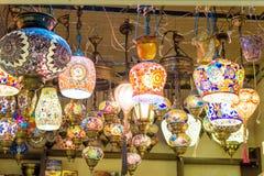 Traditionele kleurrijke met de hand gemaakte Turkse lampen en lantaarns stock afbeelding