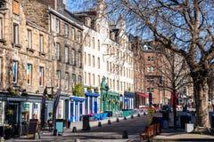 Traditionele Kleurrijke Winkels in Edinburgh op Sunny Winter Day stock foto