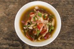 Traditionele kom van Ecuatoriaanse encebolladas, zeer aardige presentatie, het concept van de restaurantcatering, zoals die hierb Stock Foto's