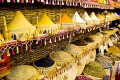 Traditionele kruidenmarkt - de potten en de houten tonnen bevinden zich in rij met thee, kruiden, vruchten, wortels, bloemen Stra stock foto's