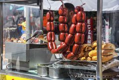 Traditionele kruidige Turkse worsten die op een grill met brood in Oranje Bloesem Carnaval in adana-Turkije voorbereidingen treff royalty-vrije stock afbeeldingen