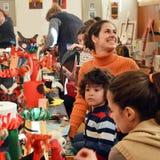 Traditionele kunsten en ambachtenworkshop voor kinderen Stock Foto