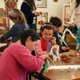 Traditionele kunsten en ambachtenworkshop voor kinderen en jonge gehandicapten peopl Royalty-vrije Stock Foto's