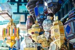 Traditionele lampen in winkel in medina van Tunis, Tunesië stock afbeelding