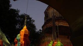 Traditionele Lanna Style Buddhist Temple genoemd Wat Lok Molee Decorated met Kleurrijke Lantaarns voor Loy Krathong Festival stock videobeelden