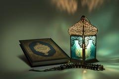 Traditionele lantaarn en het Heilige boek Quran van Moslims Royalty-vrije Stock Foto