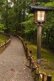 Traditionele lantaarn in Japanse tuin stock foto's