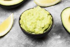 Traditionele Latijns-Amerikaanse saus guacamole in een kom Stock Fotografie