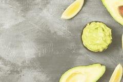 Traditionele Latijns-Amerikaanse saus guacamole in een kom en een rijpe av Stock Foto
