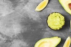 Traditionele Latijns-Amerikaanse saus guacamole in een kom en een rijpe av Stock Fotografie