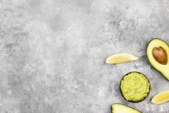 Traditionele Latijns-Amerikaanse saus guacamole in een kom en een rijpe av Stock Afbeeldingen