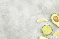Traditionele Latijns-Amerikaanse saus guacamole in een kom en een rijpe av Royalty-vrije Stock Fotografie