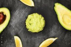 Traditionele Latijns-Amerikaanse saus guacamole in een kom en rijpe a Stock Afbeeldingen