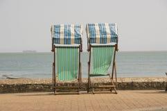 Traditionele ligstoelen die uit aan overzees kijken stock foto's